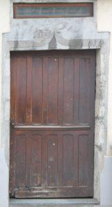 """Porte de la """"maison haute"""", résidence des """"Dames blanches"""", au n°1 de la rue des Clefs, à Thônes"""